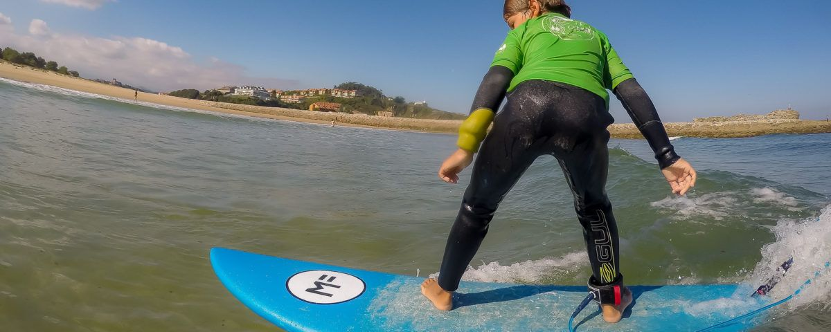 Foto niño surfista con Gopro