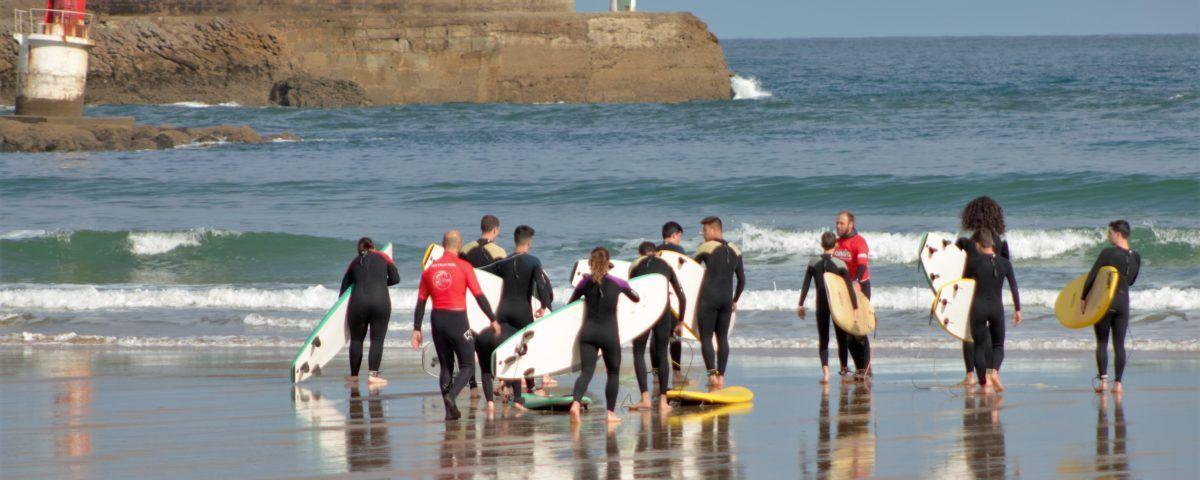 Alumnos clase surfcamp en San Vicente de la Barquera