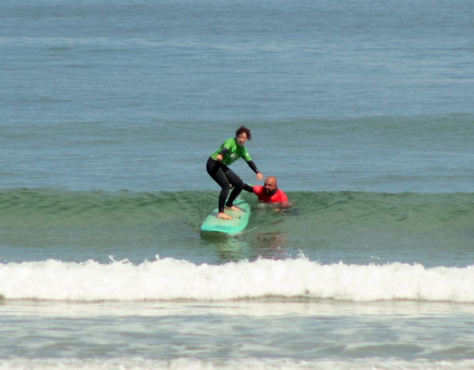 Profesor clase de surf con alumna