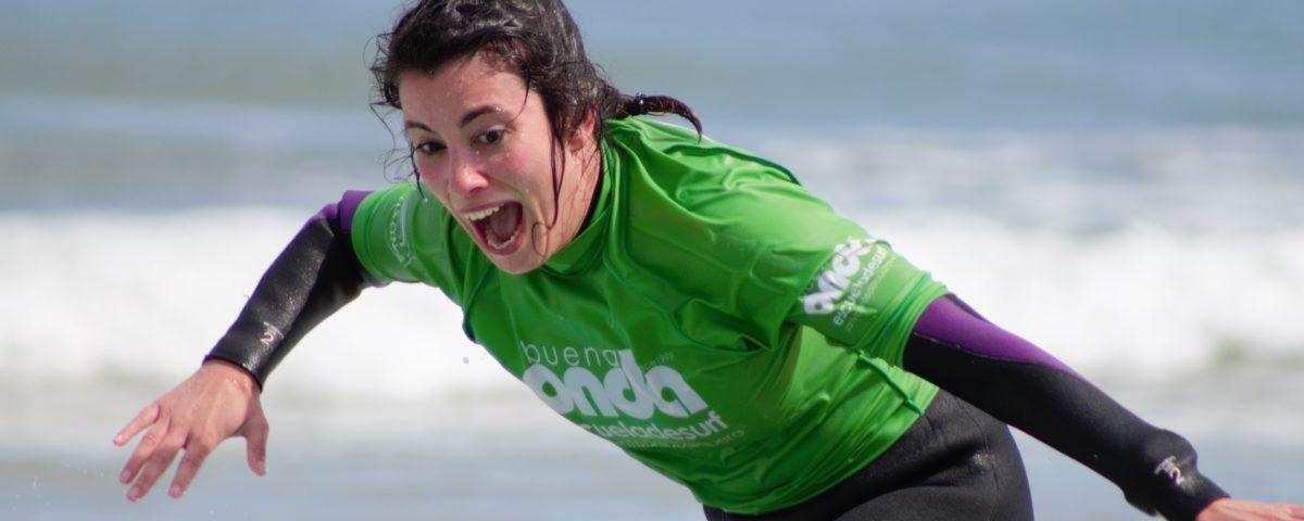 Alumna clase de surf iniciación