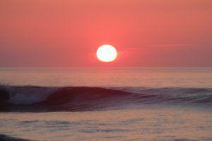 Sol atardecer sobre mar Cantábrico
