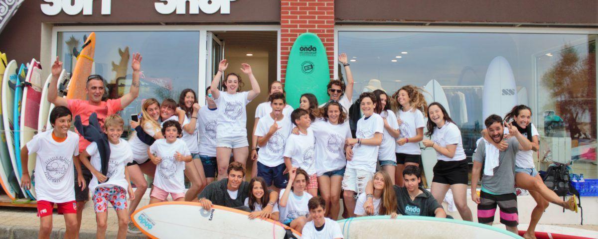 Foto alumnos surf en fachada de la escuela