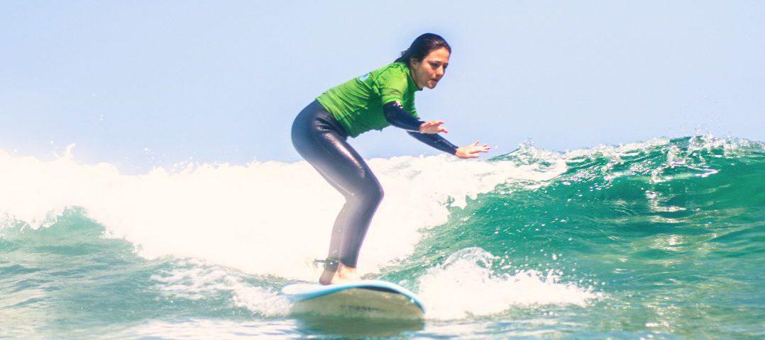 Alumna de surf sobre tabla