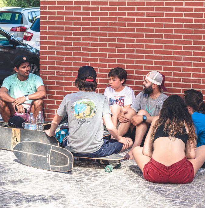 Alumnos del surfcamp con skates