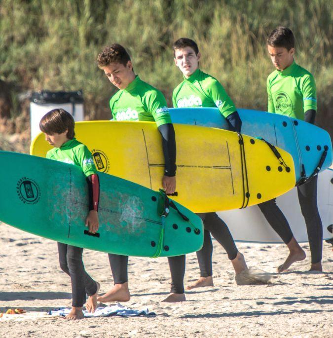 Alumnos del surfcamp con tablas