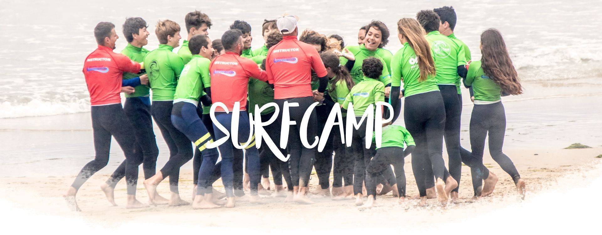 Grupo de alumnos del Surfcamp en San Vicente de la Barquera