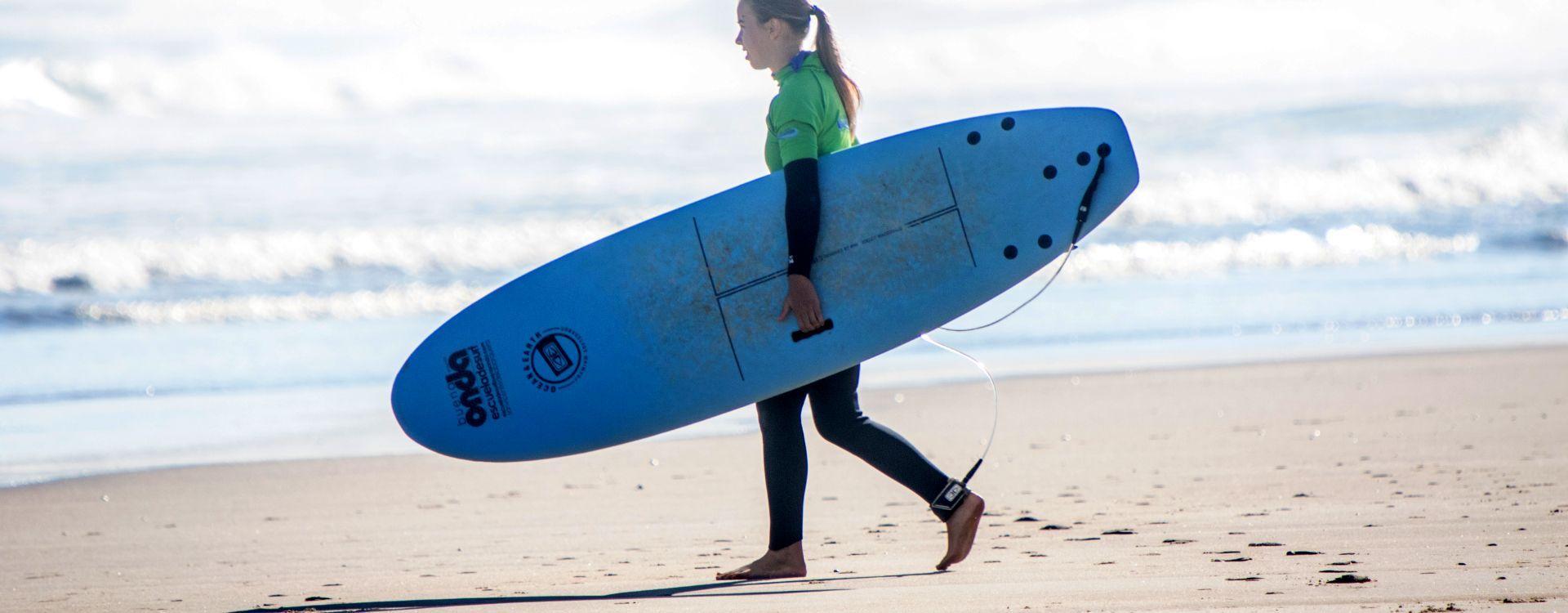 Surfista con tabla de Buena Onda