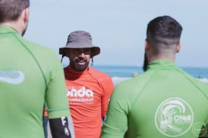 Detalle de profesor de surf durante la clase