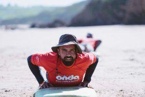 Detalle de la instrucción de profesor de surf