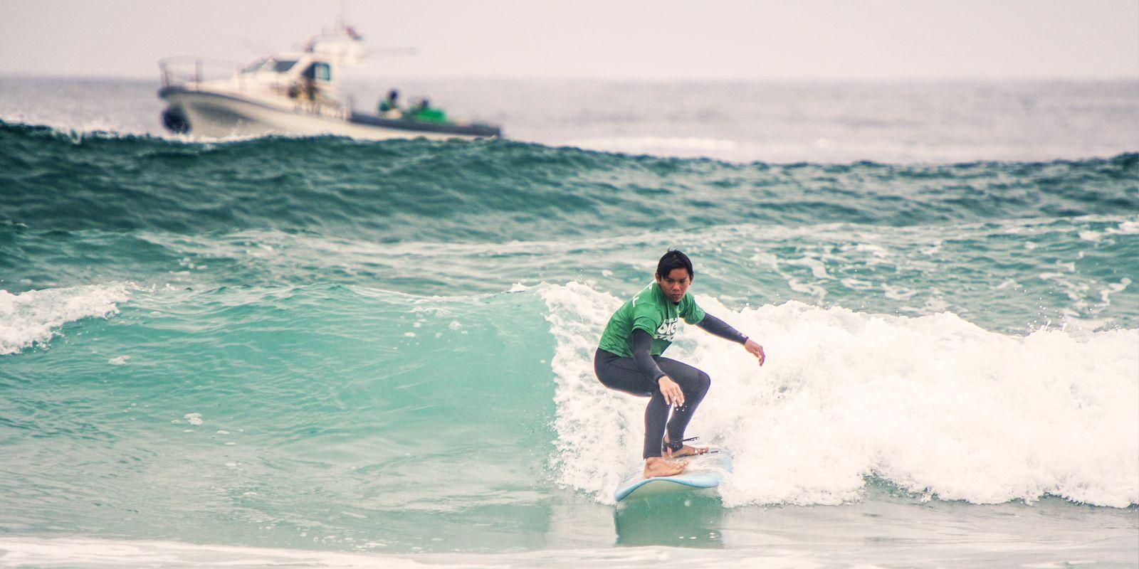 Alumno mejorando su técnica de surf