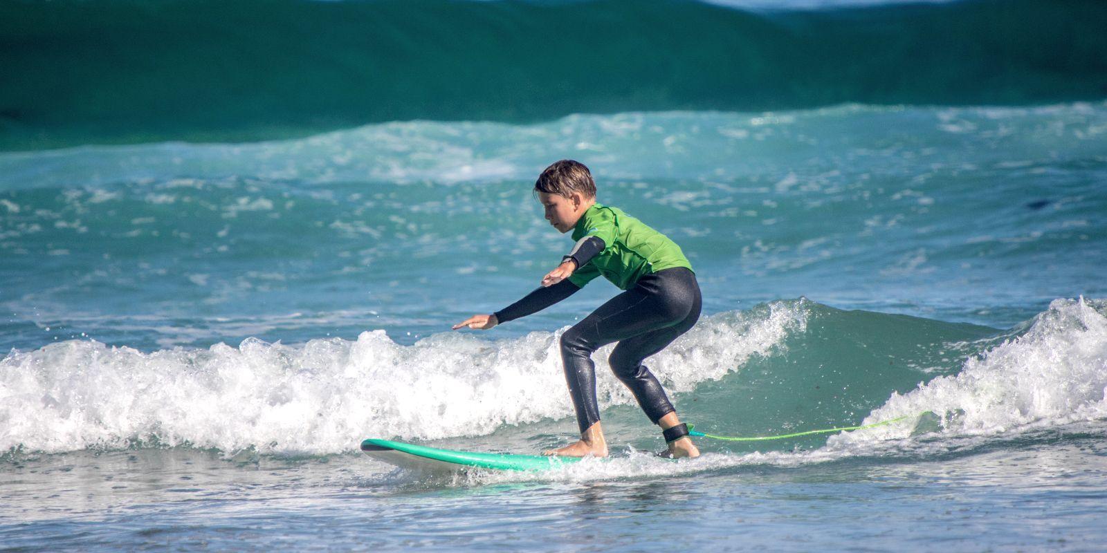 Niño cogiendo olas en San Vicente de la Barquera