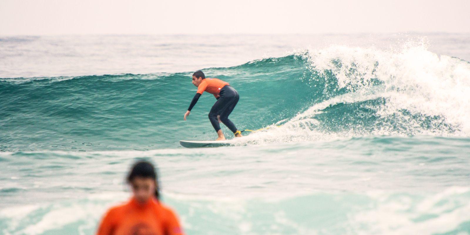 Alumno perfeccionando su técnica de surf