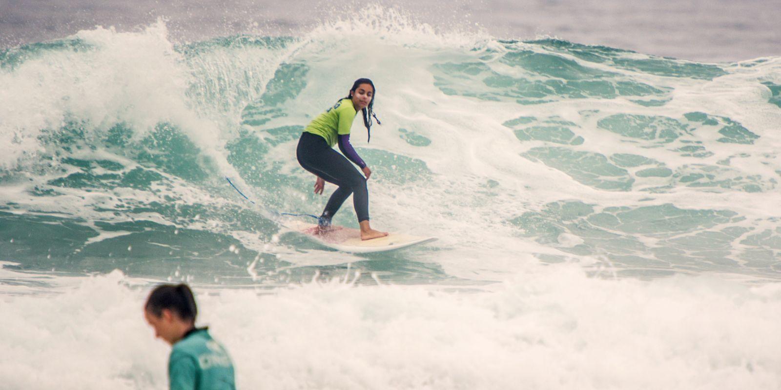 Alumna juvenil cogiendo olas en Sanvi