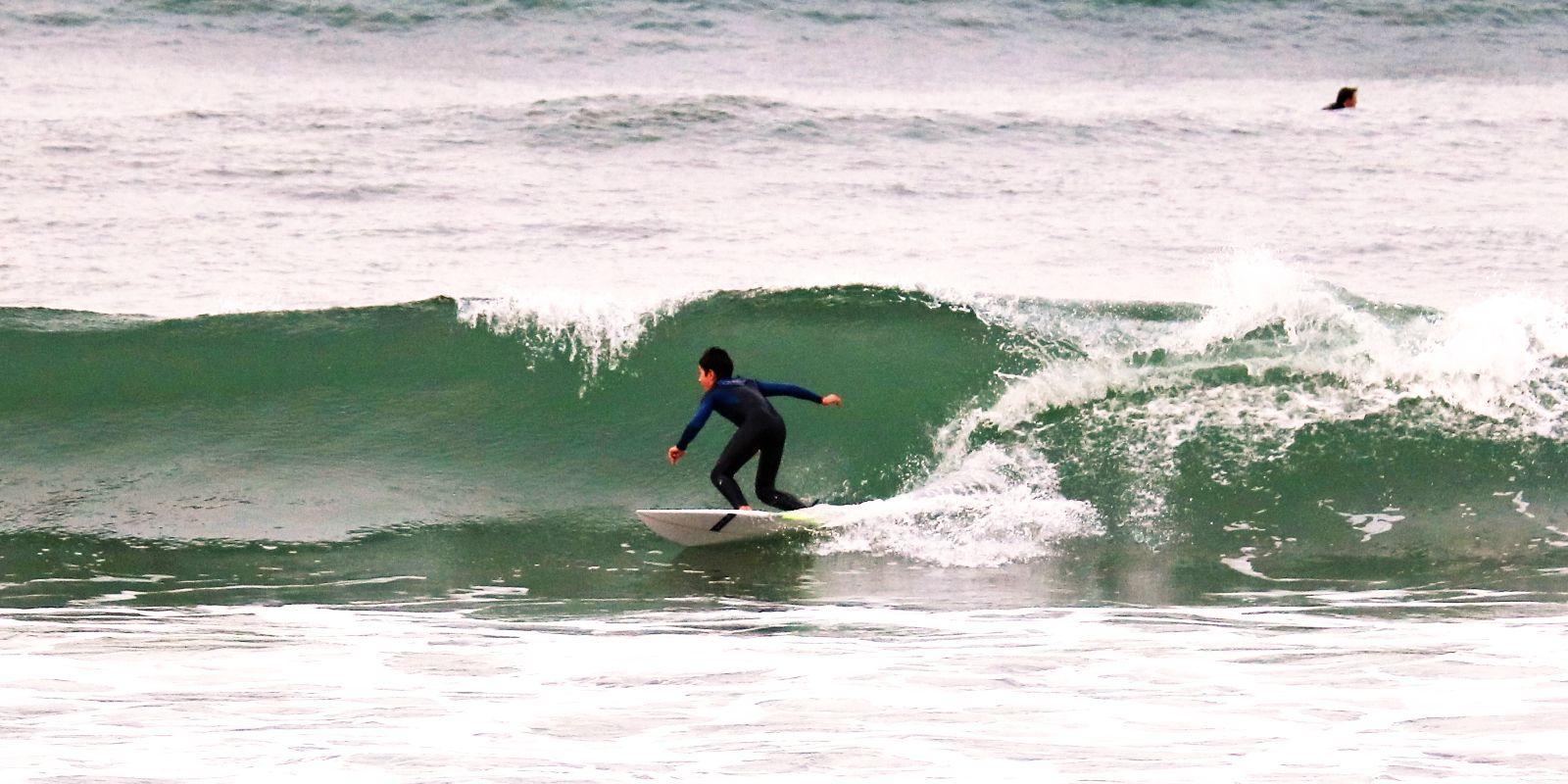 Alumno infantil cogiendo olas en Sanvi