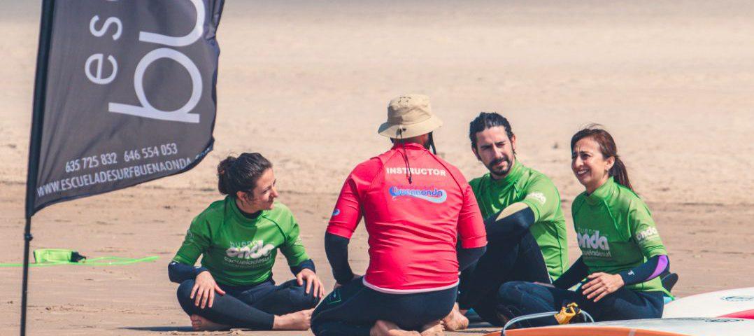 Profesor de surf con alumnos de clase privada