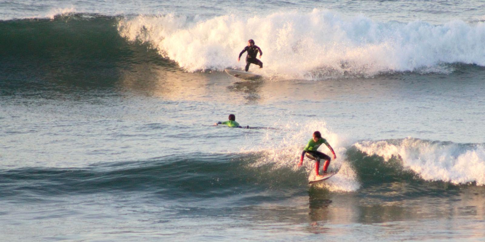 Alumnos perfeccionando surf