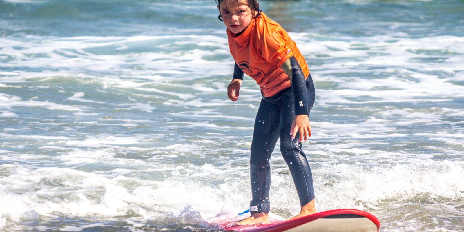 Clase infantil de surf en Cantabria