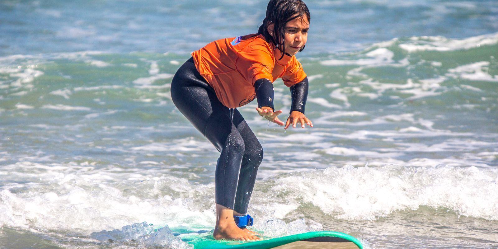 Niña sobre tabla de surf