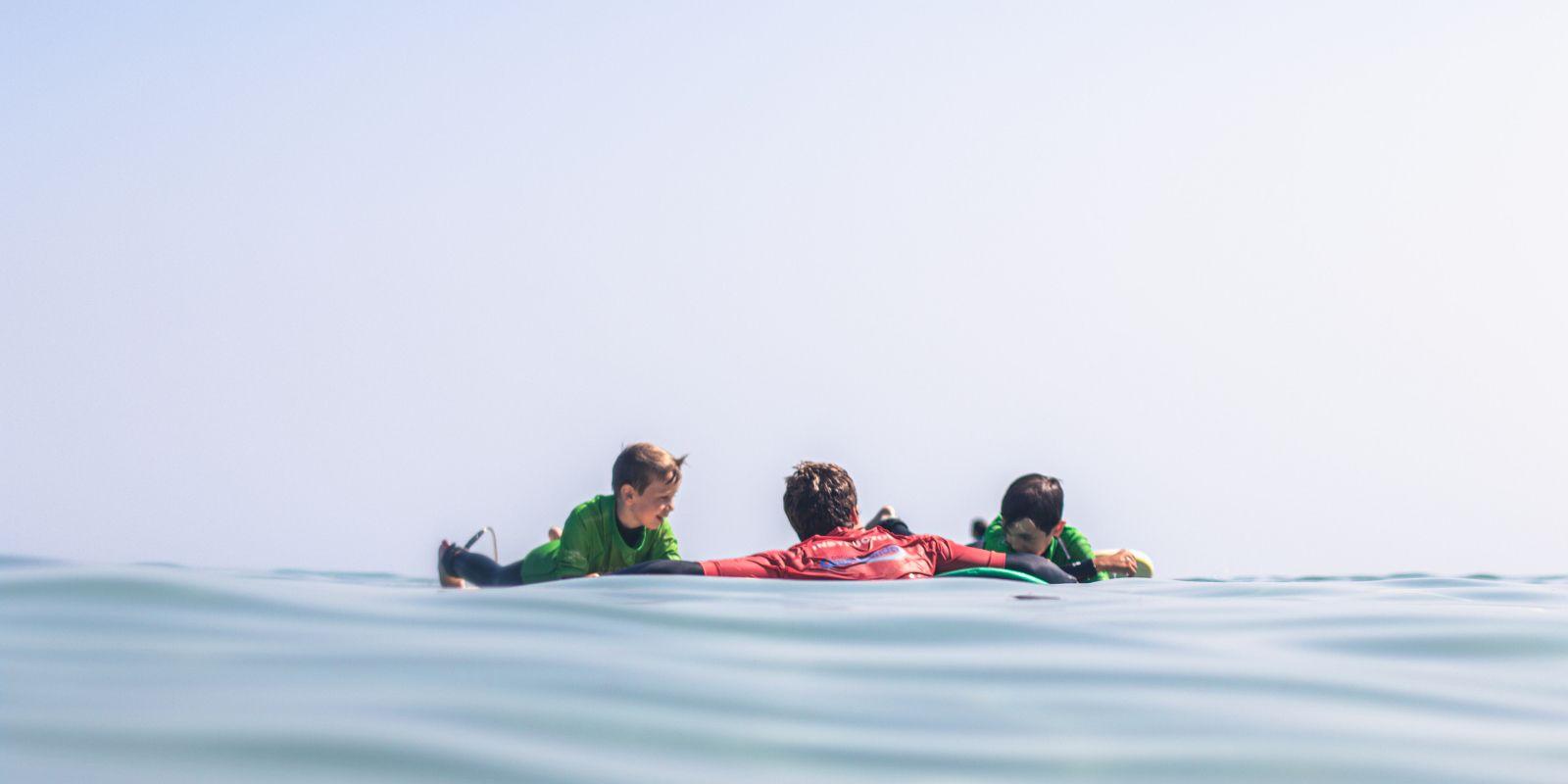 Alumnos surfkids con profesor