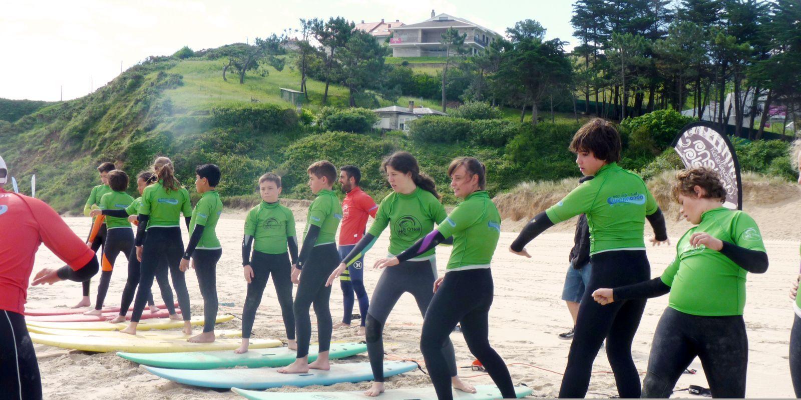 Alumnos del surfcamp aprendiendo a surfear