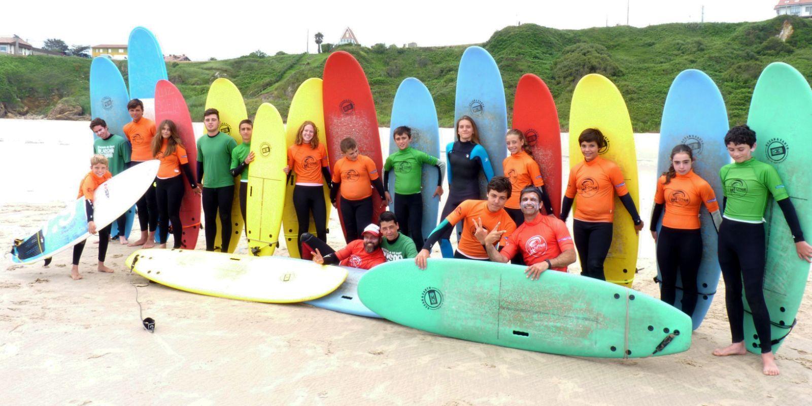Chicos surfcamp posando con tablas