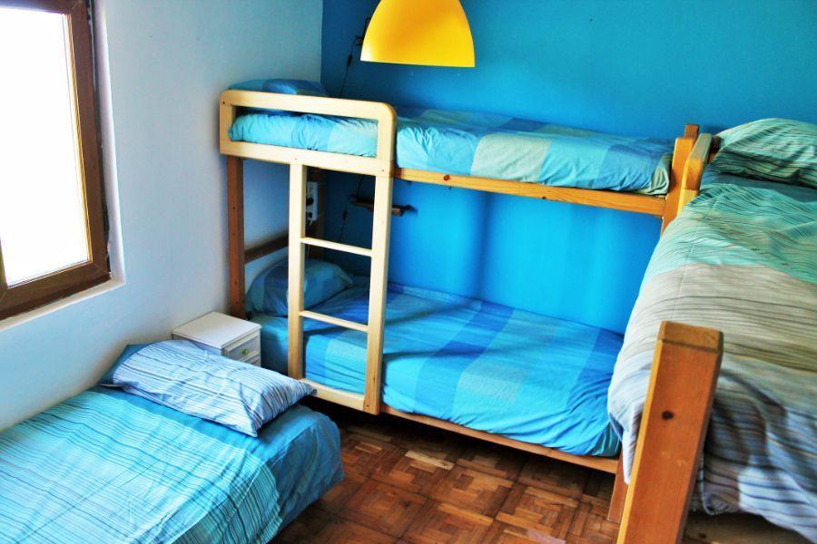 Habitación azul con literas