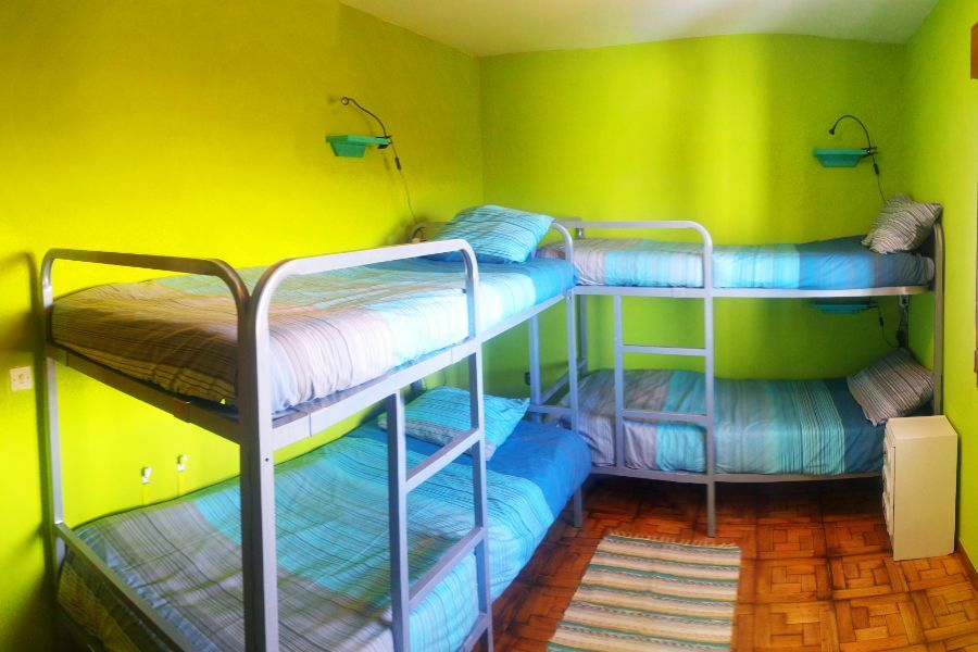 Habitación con literas para los alumnos del surfcamp