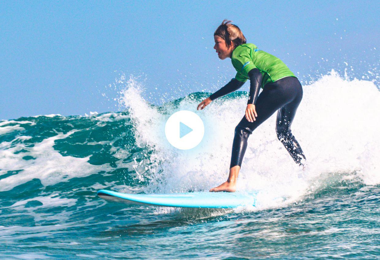 Niño surfeando captura de vídeo