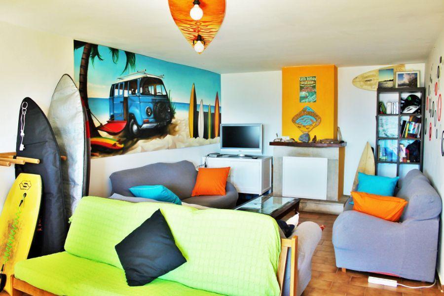 El alojamiento cuenta con estancias comunes para descansar