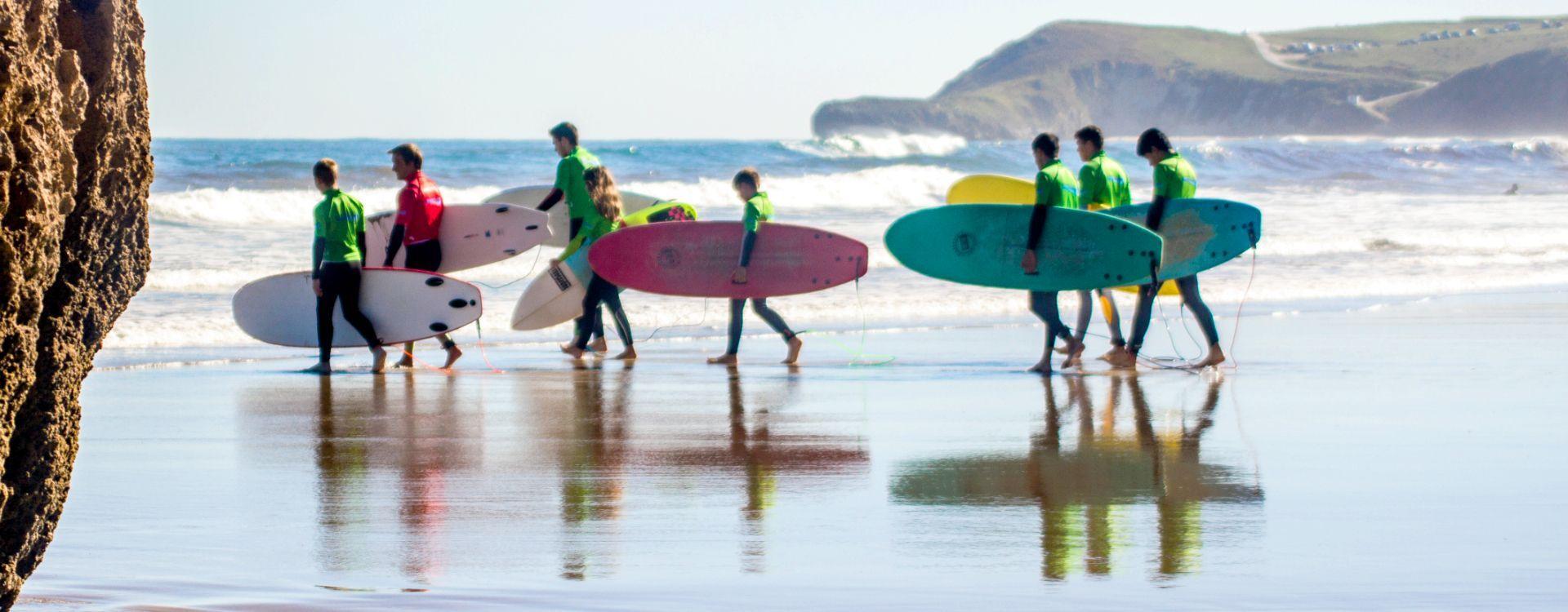 Surfistas aprendiendo surf con Buena Onda